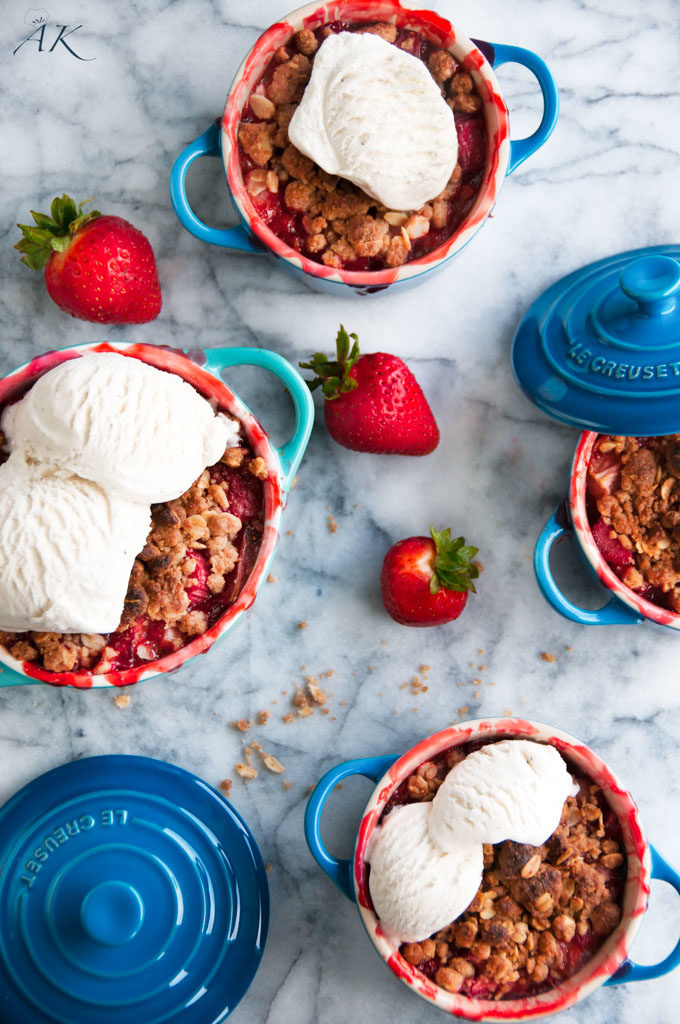 strawberry rhubarb crumble mini pies with fresh strawberries